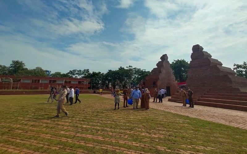 Alun-alun Kejaksan yang berada di jantung Kota Cirebon akhirnya resmi dibuka untuk umum pada Senin (12/4 - 2021)