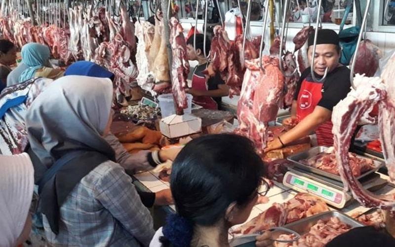 Pedagang daging sapi segar melayani konsumen, di  Pasar Modern, Serpong, Tangerang Selatan, Senin (2/6/2019). - Bisnis/Endang Muchtar