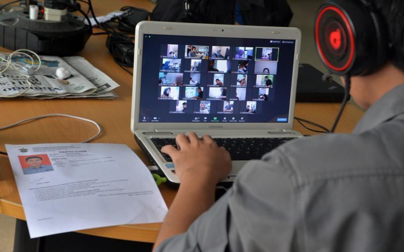 Peserta mengikuti ujian Program Pasca Sarjana Universitas Hasanuddin (Unhas) dari Manado, Sulawesi Utara, Kamis (11/6/2020). Pelaksanaan ujian jarak jauh secara daring tersebut memudahkan calon mahasiswa program magister yang berada di daerah lain yang masih dibatasi pergerakannya akibat penyebaran pandemi COVID-19. - Antara