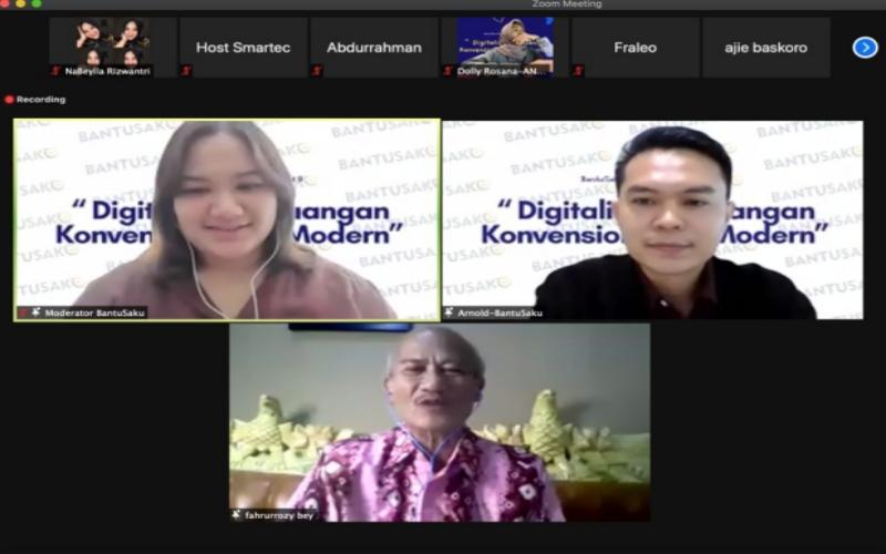 Anggota Dewan Pengurus Wilayah IKM/UKM Nusantara Sumsel Fahrurrozy Bey (tengah) bersama Senior Vice President of Operation PT Smartec Teknologi Indonesia, Arnoldyth Rodes Medo (kanan) memberikan pemaparan terkait perkembangan UMKM dan industri Fintech P2P.  - Bisnis/Dinda Wulandari