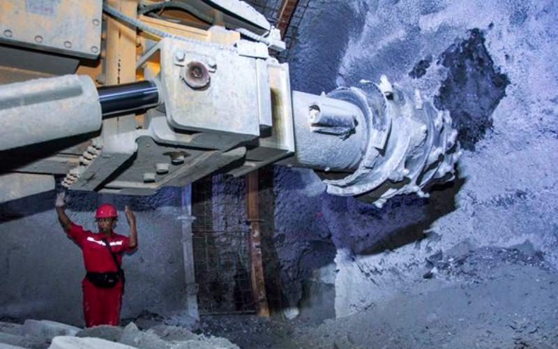 Pekerja mengatur arah mesin bor di area Tailrace Tunnel proyek PLTA Jatigede, di Sumedang, Jawa Barat, Kamis (6/4). - Antara/Aprillio Akbar