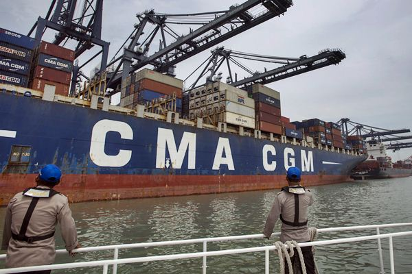 Polisi perairan memantau kapal CMA CGM Ottelo yang sandar di Jakarta International Container Terminal (JICT), Jakarta, Minggu (23/4). - Antara/Rosa Panggabean