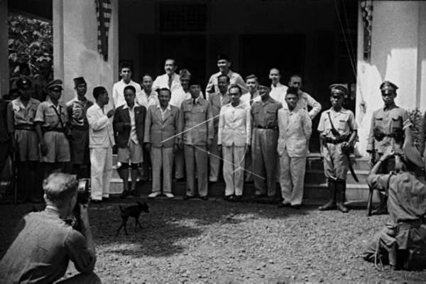 Mr. Achmad Soebardjo berfoto bersama anggota Kabinet RI Pertama pada 4 September1945. Berdiri di baris depan, mulai nomor empat paling kiri: Menteri Kesehatan Dr. Boentaran Martoatmodjo, Menteri Penerangan Mr. Amir Sjarifuddin, Menteri Luar Negeri Mr. Achmad Soebardjo, Presiden Soekarno, Wakil Presiden Mohammad Hatta, Menteri Dalam Negeri R.A.A Wiranata Kusumah, Menteri Kemakmuran Ir. Surachman Tjokroadisurjo. - Antara/Ipphos