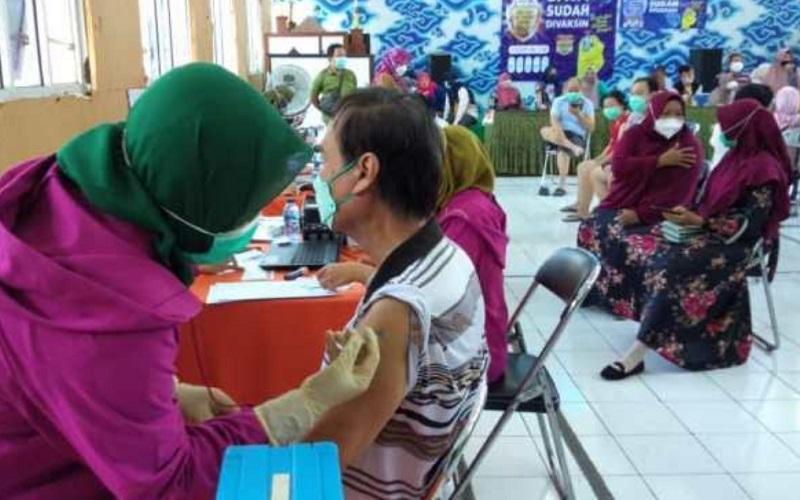 Vaksinasi lansia di Kecamatan Pekalipan, Kota Cirebon