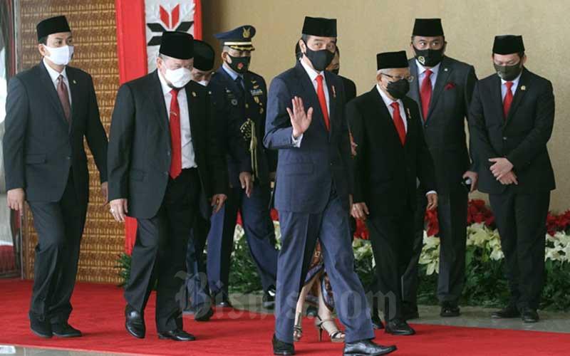 Presiden Joko Widodo dan Wakil Presiden Maruf Amin saat tiba di depan Ruang Rapat Paripurna I untuk menghadiri Pembukaan Masa Persidangan I Tahun Sidang 2020-2021 di Kompleks Parlemen, Jakarta, Jumat (14/8/2020). Bisnis - Arief Hermawan P
