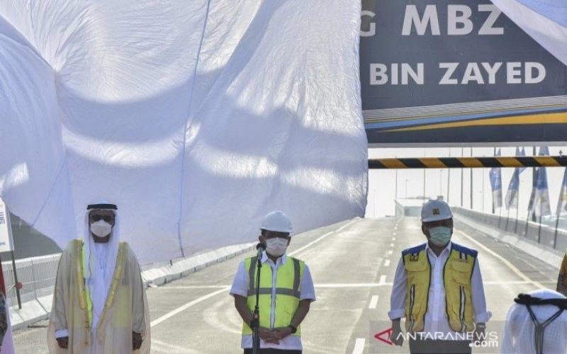 Duta Besar UEA Abdullah Saled Obeid Al Dhaheri (kiri) bersama Menteri Sekretaris Negara Pratikno (tengah) dan Menteri PUPR Basuki Hadimuljono (kanan) menghadiri peresmian pergantian nama tol Jakarta-Cikampek II layang di Bekasi, Jawa Barat, Senin (12/4/2021). Tol layang Japek resmi berubah nama menjadi Jalan Layang MBZ (Mohamed bin Zayed). - ANTARA FOTO/Fakhri Hermansyah