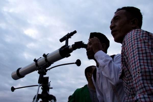 Ilustrasi - Petugas Kantor Wilayah Kementerian Agama Sulsel bersama Petugas BMKG Sulsel menggunakan teleskop saat pemantauan hilal untuk menentukan 1 Ramadhan 1438 H di Makassar, Sulawesi Selatan, Jumat (26/5). - Antara