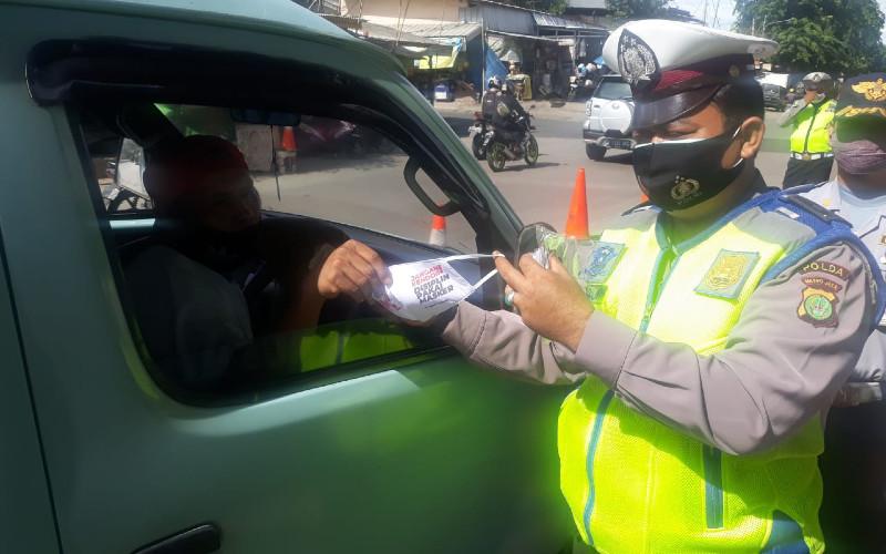 Selama masa kebijakan tersebut, pengendara mobil dan sepeda motor pribadi diwajibkan mengikuti sejumlah ketentuan.  - TMC Polda Metro Jaya