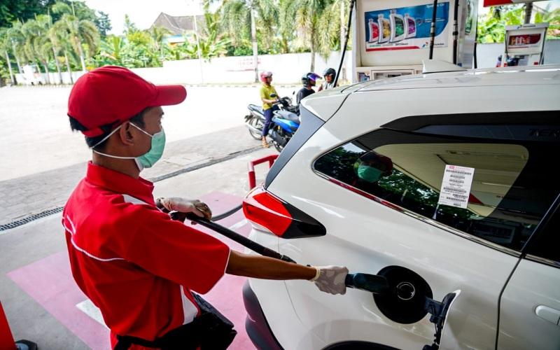 Petugas SPBU di Kota Palembang mengisi BBM kendaraan saat libur Natal 2020. istimewa