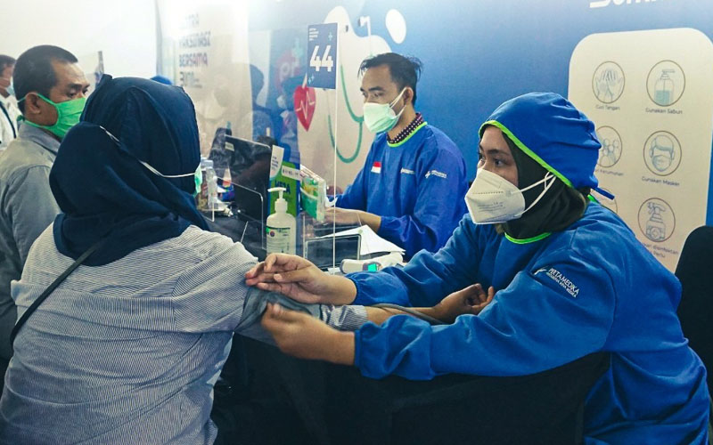 Karyawan PT Sucofindo mengikuti program vaksinasi Covid-19 yang dilaksanakan oleh Kementerian BUMN di Tennis Indoor Senayan. -  Dok. Sucofindo