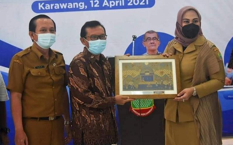 Pemkab Karawang menggandeng perusahan ritel ternama di Indonesia untuk memasarkan produk/produk UMKM.