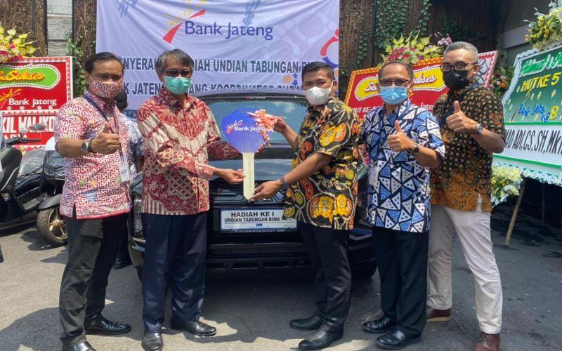 Bank Jateng Cabang Surakarta menyerahkan hadiah undian Tabungan Bima Periode II kepada para pemenang. (Foto: Istimewa)