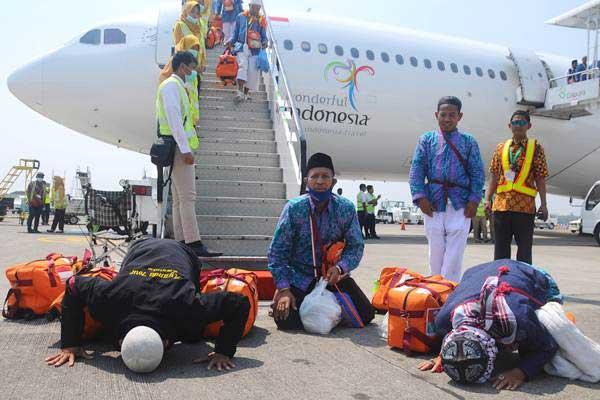 Jemaah haji asal Kabupaten Banjarnegara melakukan sujud syukur saat tiba di Bandara Adi Soemarmo, Boyolali, Jawa Tengah, Kamis (7/9). - ANTARA/Aloysius Jarot Nugroho