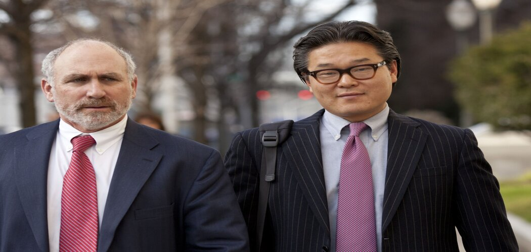 Bill Hwang, founder Tiger Asia Management LLC (kanan), tengah berjalan keluar dari pengadilan federal bersama Lawrence Lustberg di Newark, New Jersey, AS, pada Desember 2012. - Bloomberg