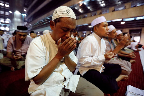 Jemaah berdoa setelah melaksanakan salat Jumat di Masjid Istiqlal di Jakarta. - Reuters/Willy Kurniawan