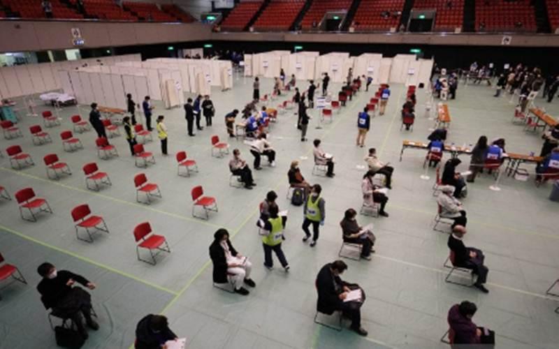 Ilustrasi - Staf medis berpartisipasi dalam pelatihan vaksinasi virus Corona di Osaka, Minggu (28/2/2021)./Antara - The Yomiuri Shimbun/Takayuki Hamai