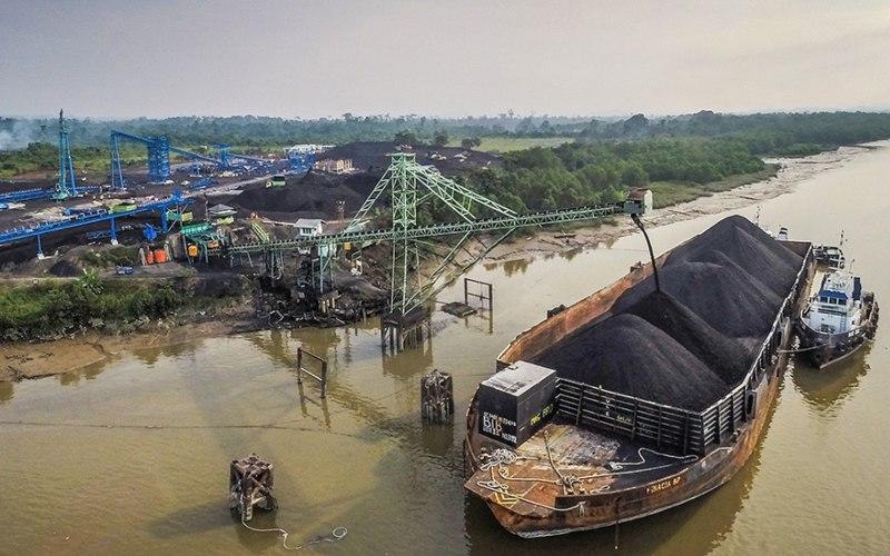 Kegiatan bongkar muat batu bara di area pertambangan PT Mitrabara Adiperdana Tbk. - mitrabara