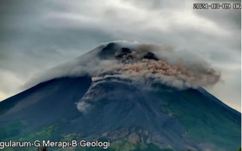 Gunung Merapi meluncurkan awan panas guguran pada Selasa (9/3) pagi./Antara/HO - BPPTKG