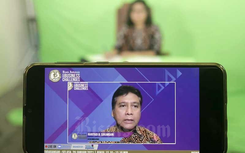 Layar menampilkan Ketua Umum Asosiasi Pengusaha Indonesia (Apindo) Hariyadi B. Sukamdani memberikan pemaparan dalam acara Bisnis Indonesia Business Challenges 2021 di Jakarta, Selasa (26/1/2021). Bisnis - Himawan L Nugraha