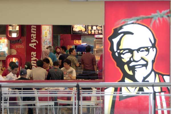 Pelanggan menikmati makan siang di salah satu gerai Kentucky di Makassar, Sulsel, Selasa (28/4). PT Fast Food Indonesia Tbk. (FAST) sebagai pemegang merek Kentucky Fried Chicken (KFC), meraup pendapatan sebesar Rp4,2 triliun sepanjang tahun lalu, naik 6,26% dari perolehan setahun sebelumnya Rp3,96 triliun.  - Bisnis.com
