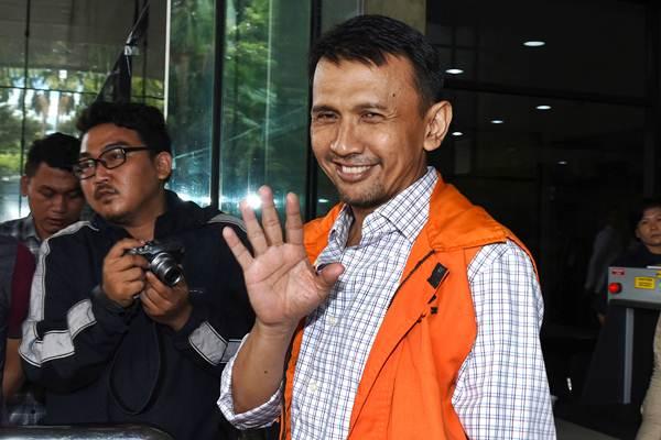 Gubernur Sumatra Utara nonaktif Gatot Pujo Nugroho berjalan seusai menjalani pemeriksaan di Gedung KPK, Jakarta, Senin (11/1). - Antara/Hafidz Mubarak A.