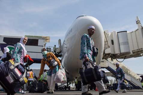 Sejumlah Jamaah Haji Kloter (Kelompok Terbang) I Embarkasi Surabaya berjalan sesaat usai turun dari pesawat Saudi Airlines di Bandara Internasional Juanda Surabaya di Sidoarjo, Jawa Timur, Jumat (10/10). Selain Jamaah Haji Kloter I Embarkasi Surabaya, jamaah haji dari berbagai Embarkasi di Indonesia, hari ini mulai kembali ke Tanah Air.  - ANTARA