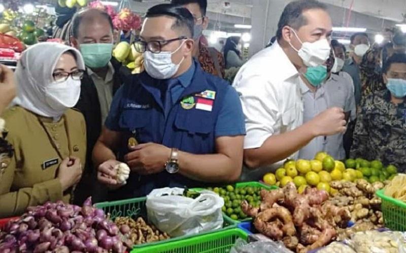 Menteri Perdagangan RI Muhammad Lutfi dan Gubernur Jawa Barat Ridwan Kamil meninjau ketersediaan dan harga kebutuhan pokok masyarakat (kepokmas) di Pasar Kosambi dan Sederhana