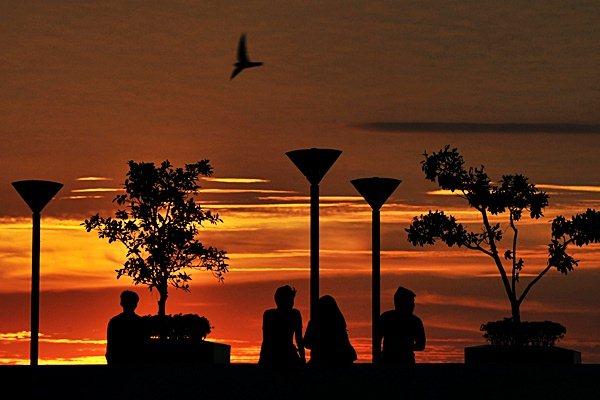 Warga menikmati suasana terbenamnya matahari (sunset) di Pantai Losari Makassar, Sulawesi Selatan, Senin (22/6/2015) -  Antara/Yusran Uccang