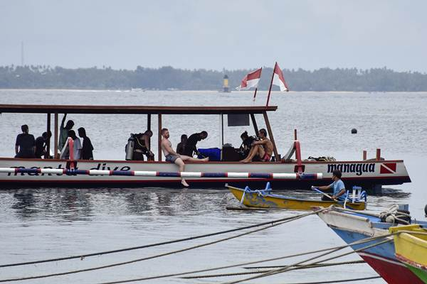 Wisatawan asing bersiap menyelam di pantai Kecinan, Kecamatan Pemenang, Lombok Utara, NTB, Rabu (2/1/2019). - ANTARA/Ahmad Subaidi