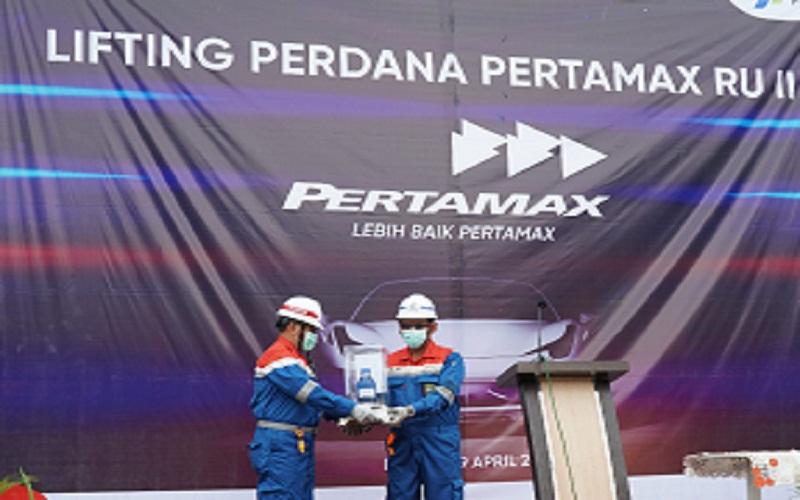 Pertamina RU II Dumai melakukan lifting perdana produk Pertamax. Kegiatan lifting perdana tersebut ditandai dengan diangkutnya produk Pertamax dengan menggunakan kapal MT Kirana Dwitya sebanyak 45.000 barrel dengan tujuan RU III Plaju.  -  Istimewa