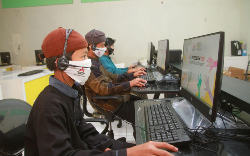 Ilustrasi - Selain menjaga jarak fisik, masyarakat dituntut untuk beradaptasi dengan berdisiplin memakai masker, menjaga jarak dan mencuci tangan atau dikenal dengan 3M untuk mencegah dan memutus mata rantai penyebaran Covid-19.  - MMKSI