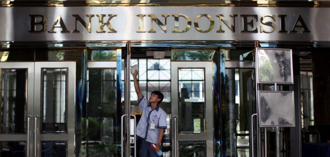 Petugas di bawah tulisan Bank Indonesia. -  Dimas Ardian / Bloomberg