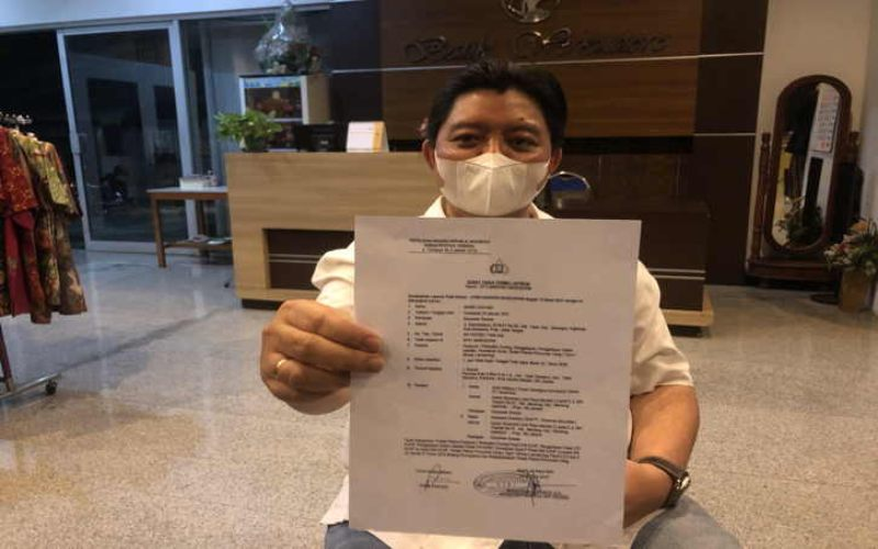 Pengusaha Solo, Andri Cahyadi, menunjukkan Surat Tanda Terima Laporan (STTL) Kepolisian dalam jumpa pers yang digelari di kawasan Laweyan, Solo, pada Sabtu (13/3/2021) malam. JIBI - Solopos/ Ichsan Kholif Rahman\r\n