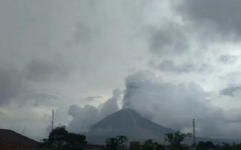 Gunung Sinabung di Kabupaten Karo, Provinsi Sumatra Utara, mengalami erupsi pada Selasa (13/4/2021) dengan tinggi kolom abu vulkanik teramati 1.000 meter dari atas puncak gunung. - Antara