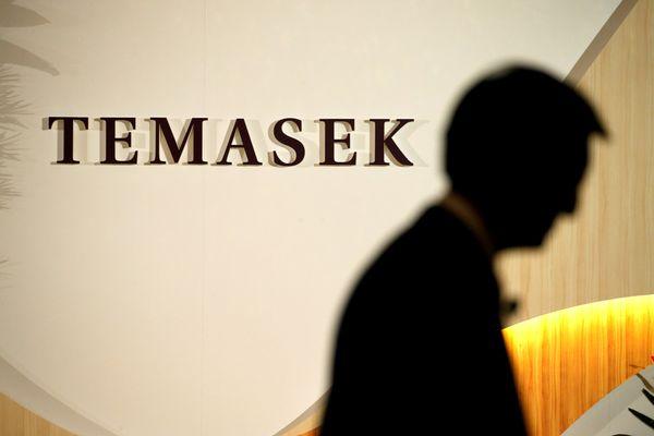 Seorang eksekutif Temasek bersiap naik ke panggung dalam Temasek Review, sebuah acara tahunan yang diselenggarakan perusahaan asal Singapura itu, pada 2016. - Reuters/Edgar Su