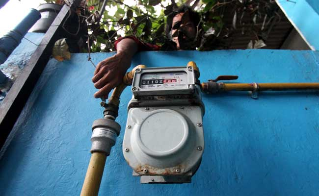 Warga beraktivitas di sekitar sambungan gas milik PT Perusahaan Gas Negara (PGN) di kawasan Depok, Jawa Barat. Bisnis - Arief Hermawan P