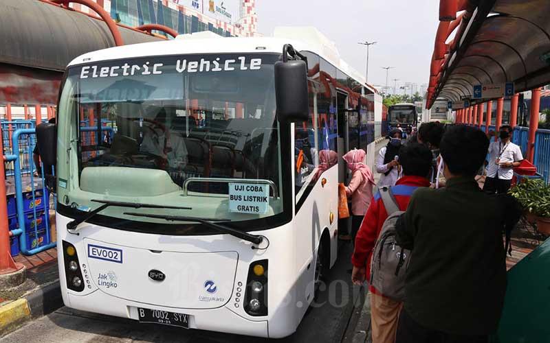 Penumpang antre untuk menaiki bus listrik Transjakarta di Terminal Blok M, Jakarta, Senin (13/7/2020). Bisnis - Eusebio Chrysnamurti