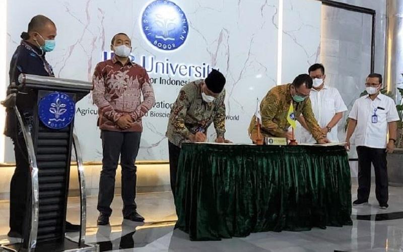 Gubernur Sumatra Barat Mahyeldi tengah menandatangani kerja sama antara  Pemerintah Provinsi Sumatra Barat dengan Institut Pertanian Bogor (IPB) di Bogor, yang didampingi oleh Wakil Gubernur Sumbar Audy Joinaldy dengan sejumlah pihak lainnya. - Istimewa