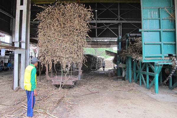 Batang tebu memenuhi Pabrik Gula (PG) Mojo di Sragen, Jawa Tengah, milik PT Perkebunan Nusantara IX (Persero), Selasa (18/7). Pascarevitalisasi yang dimulai pada April lalu, PG Mojo menargetkan kapasitas giling hingga 4.000 ton cane per day (TCD) dari sebelumnya hanya 2.750 TCD. - JIBI/Pamuji Tri Nastiti