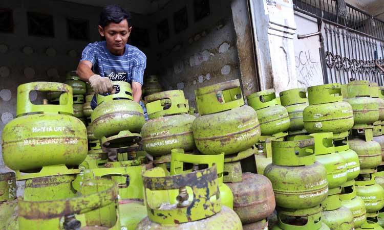 Pekerja menata tabung gas elpiji 3 kg di Jakarta, Jumat (6/3/2020). Bisnis - Eusebio Chrysnamurti