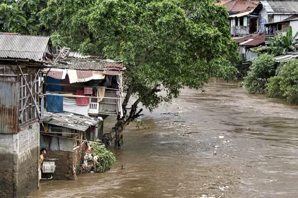 Warga beraktivitas di sekitar bantaran Sungai Ciliwung kawasan Manggarai, Jakarta, Jumat (17/2/2017). - Antara/Aprillio Akbar