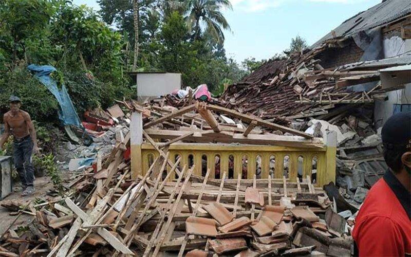 Puing reruntuhan gedung yang roboh di Kec. Tempursari, Kab. Lumajang akibat gempa yang berpusat di 90 km barat daya dari Kabupaten Malang, Sabtu (10/4/2021). - Istimewa