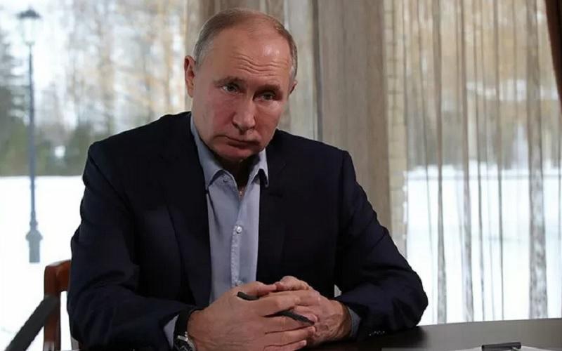 Presiden Rusia Vladimir Putin menghadiri pertemuan dengan mahasiswa melalui panggilan konferensi video di kediaman negara di Zavidovo, Rusia 25 Januari 2021. - Antara/Reuters\r\n
