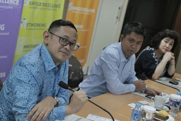 Direktur PT Blue Bird Tbk Andre Djokosoetono (dari kiri), didampingi Pimpinan Redaksi Bisnis Indonesia Hery Trianto dan Presiden Direktur PT Jurnalindo Aksara Grafika Lulu Terianto saat berkunjung ke kantor redaksi harian Bisnis Indonesia, di Jakarta, Rabu (4/10). - JIBI/Nurul Hidayat
