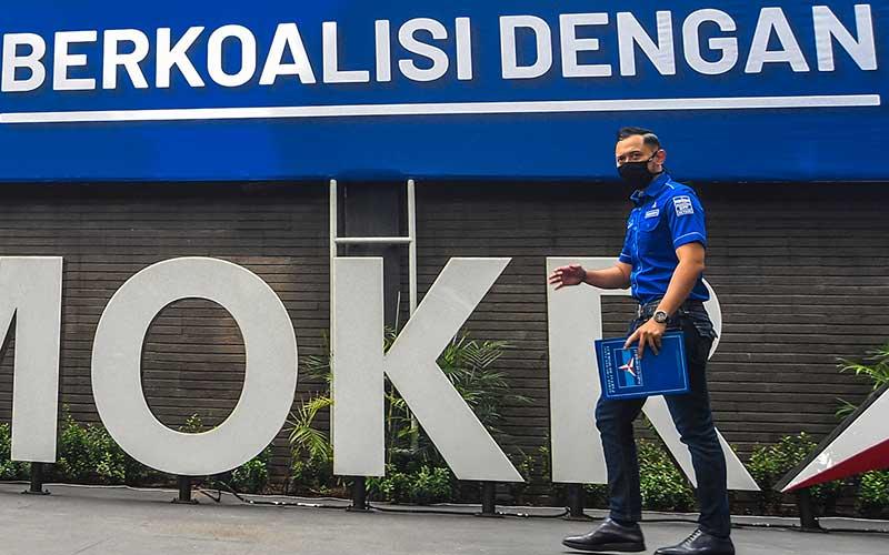 Ketua Umum DPP Partai Demokrat Agus Harimurti Yudhoyono (AHY) berjalan saat akan memberikan keterangan pers di kantor DPP Partai Demokrat , Jakarta, Senin (1/2/2021). AHY menyampaikan adanya upaya pengambilalihan kepemimpinan Partai Demokrat secara paksa, di mana gerakan itu melibatkan pejabat penting pemerintahan, yang secara fungsional berada di dalam lingkaran kekuasaan terdekat dengan Presiden Joko Widodo. ANTARA FOTO - Muhammad Adimaja