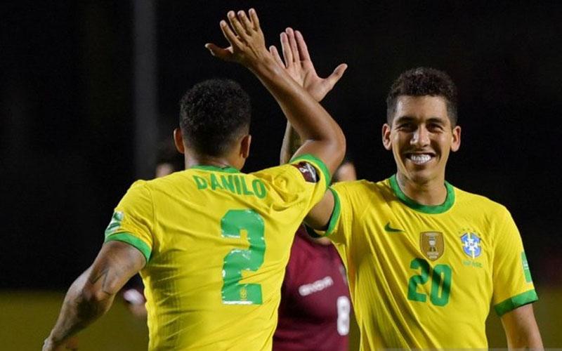Dua pemain andalan Timnas Brasil, Roberto Firmino (kanan) dan Danilo./Antara - Reuters