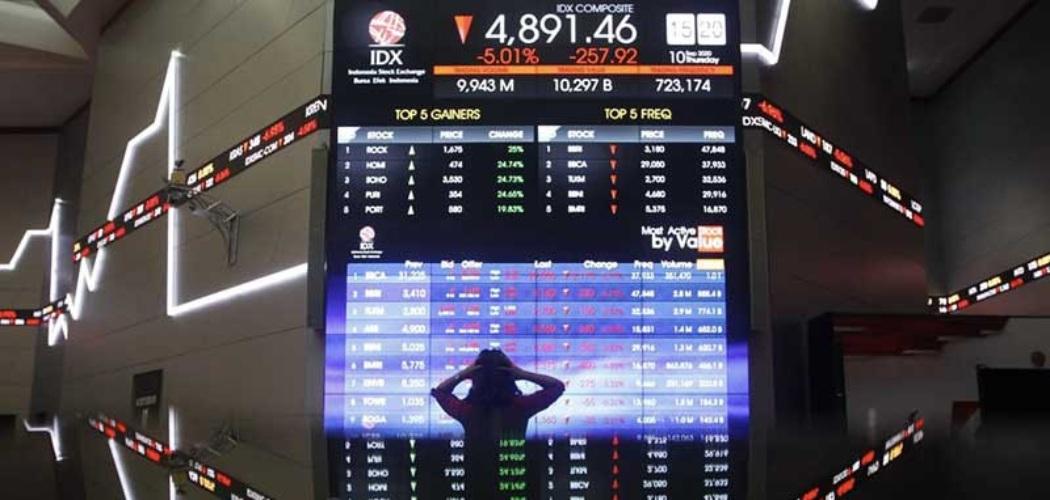 Karyawan beraktivitas di dekat layar pergerakan Indeks Harga Saham Gabungan (IHSG) di Bursa Efek Indonesia, Jakarta, Kamis (10/9/2020). Pada perdagangan Rabu (10/9) IHSG sempat mengalami trading halt dan ditutup anjlok 5,01% atau 257,91 poin menjadi 4.891,46. Bisnis - Himawan L Nugraha