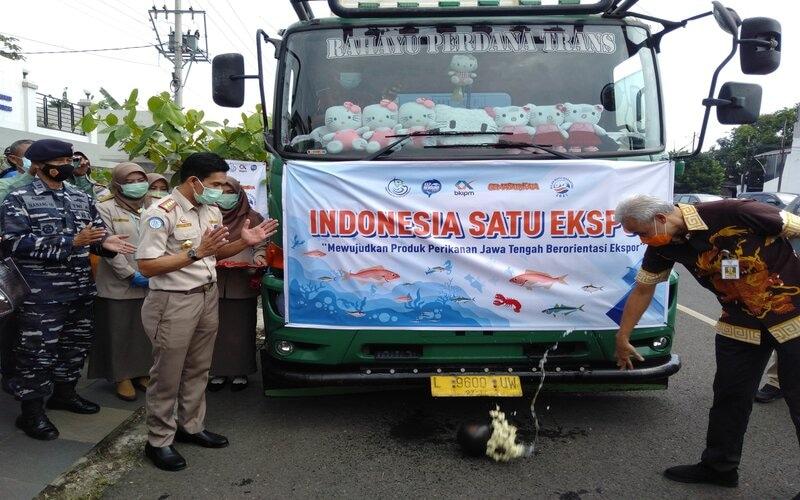 Gubernur Jateng Ganjar Pranowo (kanan) melakukan pelepasan ekspor 584 ton produk perikanan asal Jawa Tengah ke berbagai negara. - Bisnis/Alif N.