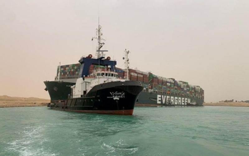 Sebuah kapal kontainer yang terkena angin kencang dan kandas tampak di Terusan Suez, Mesir 24 Maret 2021./Antara/SUEZ CANAL AUTHORITY - Handout via Reuters