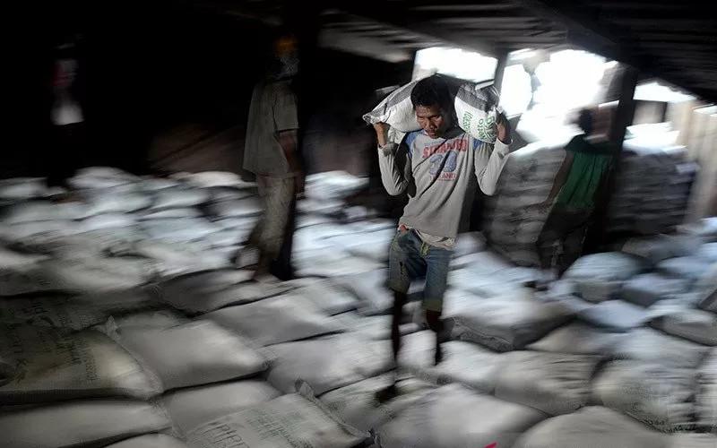 Buruh mengangkat gula ke lambung kapal di Pelabuhan Paotere, Makassar, Sulawesi Selatan. - Antara